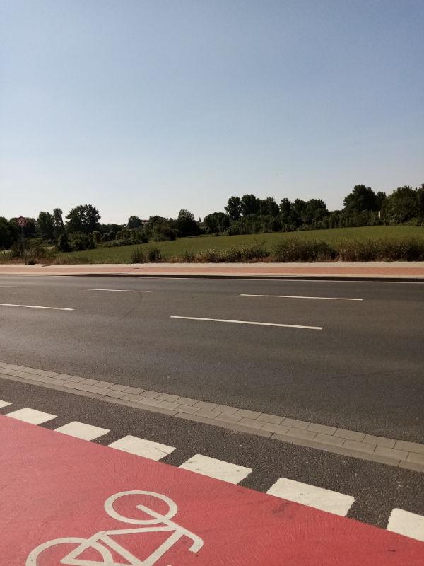 Straße mit Radfahrstreifen