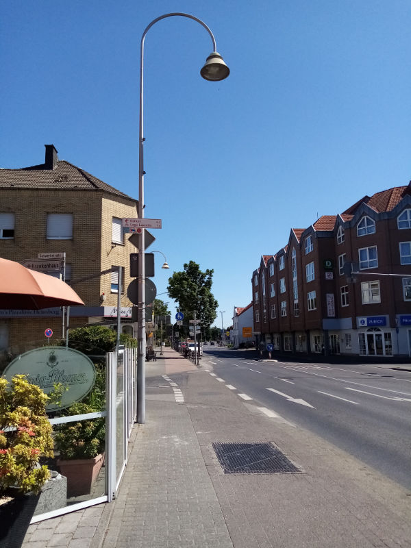 Straße in Heinsberg mit breitem Bürgersteig